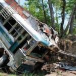Xe Buýt phóng ẩu đâm vào 2 xe tải