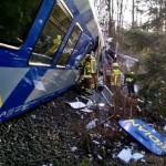 Người đàn ông đi qua đường ray bị tàu hỏa đâm vào nhưng thoát chết