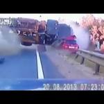 Thót tim vụ tai nạn kinh hoàng xe tải đâm xe con tốc độ cao