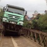Xe tải khổng lồ đi dễ dàng qua suối nhờ vài tấm ván gỗ mỏng