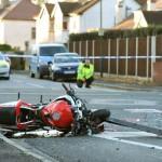 Vượt đèn đỏ 2 xe máy bị ô tô hất văng lên cao