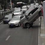 Người phụ nữ lái xe SUV mắc đuôi vào rào chắn trên đường