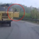 Xe tải vào cua bị bung cửa xe xe con suýt đâm vào