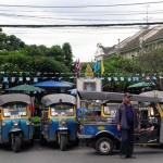 Xe tải tông nát vài xe tự chế Tuk Tuks qua đường ở Thái Lan
