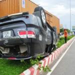 Vượt xe tải xe 7 chỗ lật úp trên dải phân cách 6 người bị thương
