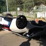 Xe BMW mất lái lao qua dải phân cách hư hỏng nặng