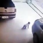 Bé gái bị xe ô tô cỡ lớn chèn qua người mà không bị sao