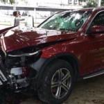 Xe sang Mercedes GLC mới cứng bị hư hỏng do đâm vào gốc cây