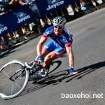 Người đi xe đạp may mắn thoát khỏi ô tô đâm trong gang tấc