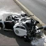 Kinh hoàng 2 xe mô tô bị nát vụn khi đâm vào ô tô sang đường