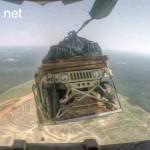 Xe Humvee bọc thép nhảy dù từ máy bay xuống