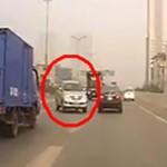 """Xe tải """"điên"""" đi sang làn ngược chiều tông nhiều xe khác"""
