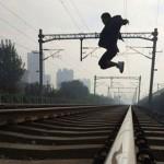 Người đàn ông tự tử nằm giữa đường tàu trước mắt trăm người