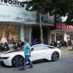 Ngắm hot girl xinh đẹp được chồng tặng siêu xe BMW i8 ở Đà Nẵng