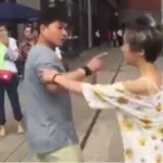 Cãi nhau 2 người đàn ông đánh nhau trên đường phố