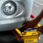 """Nhân viên bảo vệ phóng xe bị """"khóa gông"""" do đỗ sai quy định dù nổ lốp"""