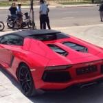 Siêu xe Lamborghini Aventador mui trần nẹt pô giữa đêm ở Sài Gòn