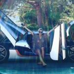 Nữ tay đua xinh đẹp mua siêu xe Koenigsegg One:1 triệu đô