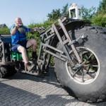 Xe đạp khổng lồ nặng 1 tấn ngang ô tô