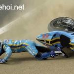 Cựu tay đua vô địch xe mô tô địa hình bị ngã xe và 6 xe chèn qua người