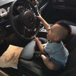 Ảnh con trai siêu mẫu Ngọc Thạch đáng yêu bên siêu xe của bố