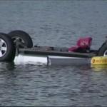 Xe bán tải mất lái phóng nhanh lao xuống hồ