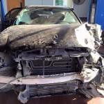 Xe sang Mercedes E250 bị tàu hỏa đâm nát, người ngồi trong an toàn