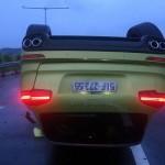 Xe sang Porsche Cayenne 5 tỷ đâm vào rào chắn lật ngửa trên cao tốc