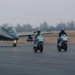 Siêu xe mô tô Aprillia RVS đua tốc độ với máy bay Ý