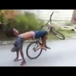 """Video những vụ tai nạn xe """"ngớ ngẩn"""" trên đường phố"""