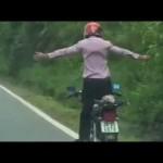 Thêm 1 thanh niên làm xiếc trên xe máy ở Hòa Bình