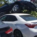 Xe Ford Mustang tai nạn chèn qua xe Toyota Corolla và Honda Accord