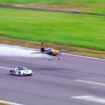 Siêu xe Porsche 918 Spyder đua cùng máy bay