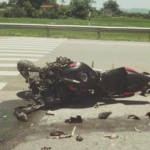Xe ô tô phóng nhanh táp lề đường đâm chết người đi xe mô tô