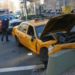 Xe taxi điên đâm chết người ở sân bay