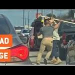 Va chạm giao thông 2 người đàn ông dùng gậy đánh nhau giữa đường