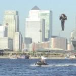 Cựu phi công điều khiển phản lực cá nhân bay trên sông