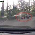 Cặp đôi đi xe xuống đèo bị ngã bay ra ngoài lan can