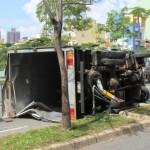Người đàn ông lái xe Container nổ tung lốp vì mắc vào cột đèn đỏ