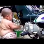 Dùng xe cẩu nhấc xe máy cho xuống ao để rửa xe