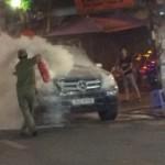 Xe sang Mercedes GL450 bị bốc cháy giữa phố cổ