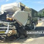Xe tải bị đổ đè nát xe taxi, tài xế chết tại chỗ