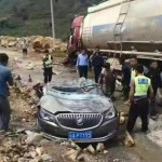 Xe sang bị xe tải đổ đè nát