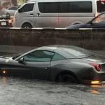 """Siêu xe Ferrari triệu đô làm """"tàu ngầm"""" giữa phố"""