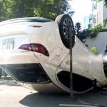 Hai xe ô tô tông nhau 1 xe bị lật ngửa trên đường