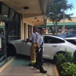 Thêm 1 xe Tesla Model S bị phọt ga đâm vào phòng tập Gym