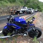 Người đàn ông đi xe máy tông vào ô tô tốc độ cao mà không ngã