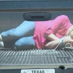 """Dán ảnh 3D """"bắt cóc phụ nữ"""" vào đuôi xe bán tải"""