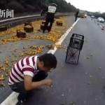 Lái xe khóc vì xe tải chở cam bị đổ còn bị hôi của