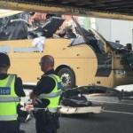Người phụ nữ sang đường suýt bị đâm vào xe Buýt